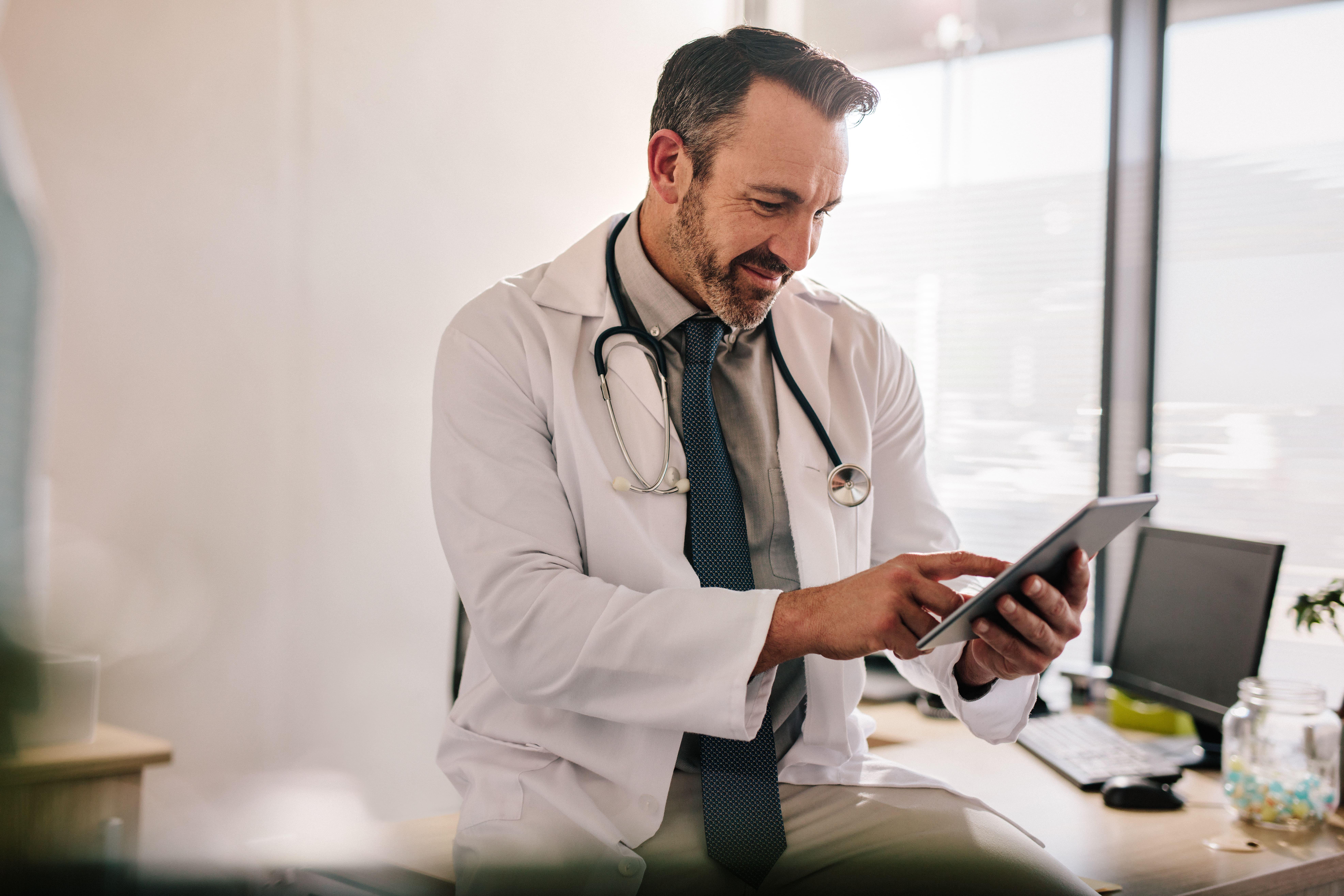 médico olhando o prontuário eletrônico